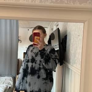 Snygg oversized sweatshirt i storlek S från NA-KD. Ny skick och inga slitningar. För referens så är jag 172 som har på mig tröjan! Kom privat för fler bilder💕