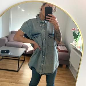 Mycket oversize jeansskjorta från H&M Divided, herravdelningen. Storlek XL. Oanvänd. Mer varm än kall i färgen. Köparen står för frakten som tillkommer 💌