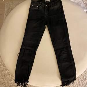 Ett par otroligt snygga jeans från Zara! Storlek 34 Fransar nedtill som jag gjort själv Använd några gånger men är i bra skick! DM för mer info!💕