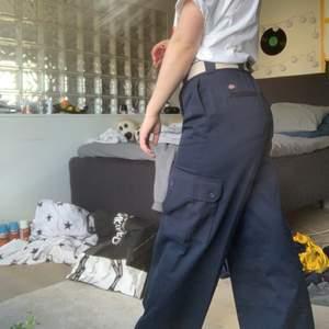 Loose fit Dickies cargo pants med fin passform. Endast provade en gång! (Lapp finns kvar). Eftersom de är såpass flexibla så passar de utmärks för skate eller andra aktiviteter! Köpta för 799 kr🤙🏼 Säljes då jag köpte ett billigare par byxor avsedda för skate🧍🏽♂️