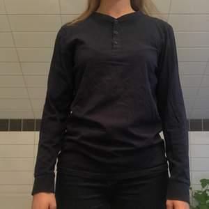 Långärmad shirt från H&M i en mörkblå färg 💙💙💙  Storleken är 170 MEN med tanke på att jag är en M så fungerar den för alla i kroppar som är M och neråt   55kr plus frakt 🚚