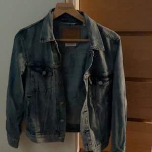 Den klassiska as snygga vintage jeans jacka från levis! Säljer då den har blivit för liten för mig. Den är storlek xs men passar s också. Priset kan gå ner vid snabb affär!👍🏽