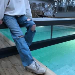 INTRESSEKOLL: inte heller säker om jag ska sälja men buda i kommentarerna. Jeans med egna klippa hål som blev super bra! Storlek XS/S
