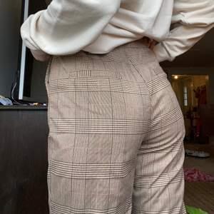Rutiga kostymbyxor köpt secondhand men är från nakd. Superfint skick och passar mig som är 164 i benen rätt bra, men dem är mer åt det korta hållet. Där bak i midjan har jag sytt in en resår. Dock sydde jag inte igen hålet så fint(sista bilden) men man tänker inte på det när man har dem på sig☺️ Frakt tillkommer