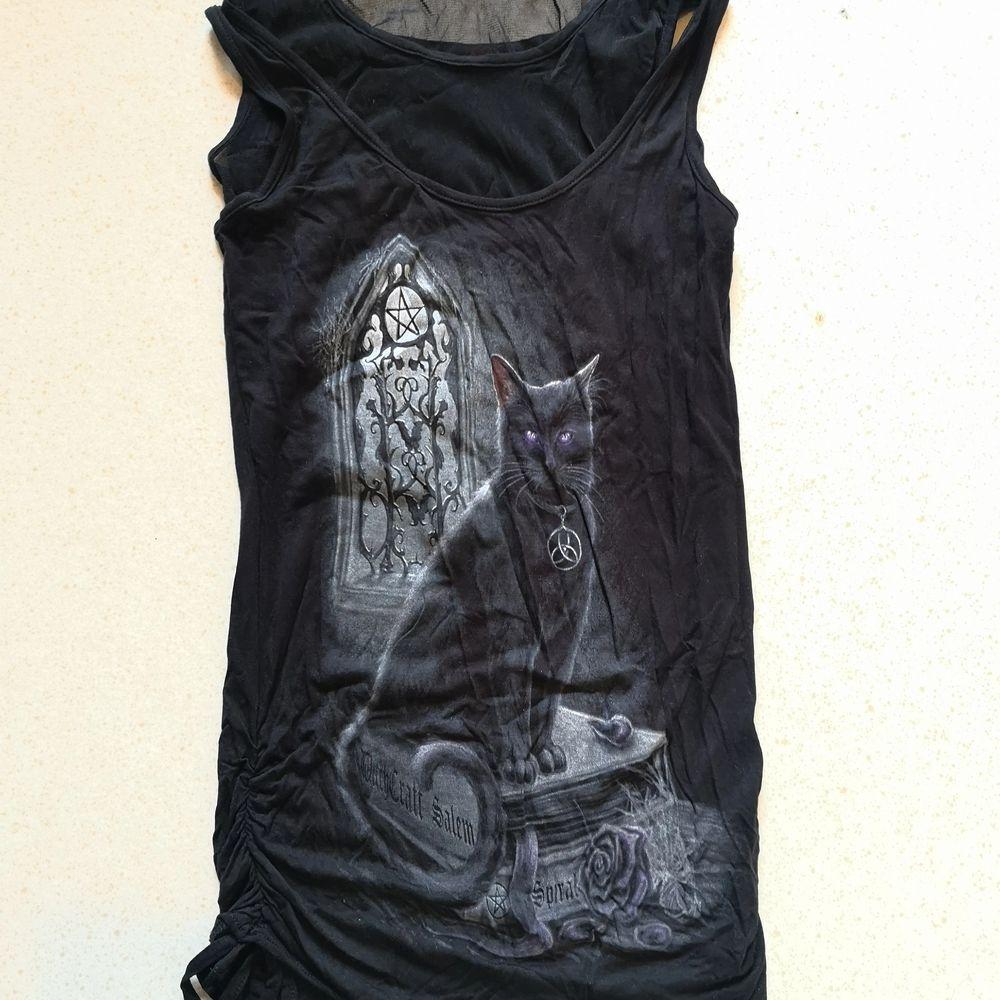 Ett linne från spiral.com i gothic stil med en svart katt. Helt oanvänt! . Toppar.