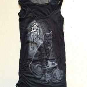 Ett linne från spiral.com i gothic stil med en svart katt. Helt oanvänt!