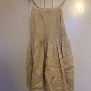 En beige/vit nattlinnes liknande klänning med spetskant. Asfin både som den är eller med en tröja under!!  Den är från Gina Tricot och är i stlk 38, den är i bra skick men behöver dock styckas. Frakten kostar 48 kr! 😊
