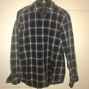 """Hugo Boss skjorta i """"slim fit"""". Storleken är väldigt unik, nämligen 42 16 1/2 (se bild 3) vilket kan översättas till strl L för oss som inte kan storleksspråket😄  Fint skick ❣️  69kr inklusive fraktis"""