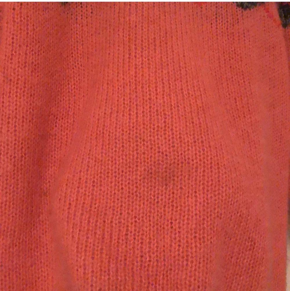 Hur fin stickad tröja som helst men har väldigt många och använder denna minst så jag säljer 💖 det finns en liten mörk fläck på framsidan (se bild 3). frakt 44kr. Stickat.