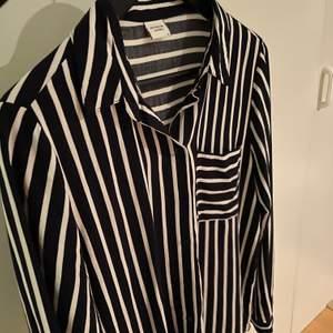 En super fin marin blå och vit randig skjorta. Säljer pågrund av att den inte används så mycket då den inte känns som min stil. Super bra skick och passar super bra vardags som uppklätt. Den är i storlek 38/S. 130kr + frakt. Kontakta mig provat för fler bilder eller funderingar.