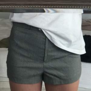 Jättecoola rutiga shorts i stl 36. Bra skick💞💞. Frakten är med i priset