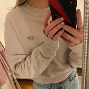 Skit snygg sweatshirt från Eytys, men har tyvärr inte kommit till användning:( använd 2 ggr så nyskick + väldigt bra tyg/kvalitet! Man kan ha armarna som på första bilden eller uppvikta som på de andra! Minns ej nypris exakt men nånstans runt 2000💕