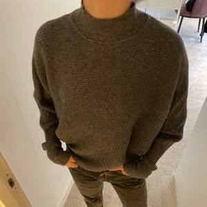 En grå tjocktröja med polokrage från Zara i storlek S. Jätte skönt material men tyvärr kommer den inte till användning.
