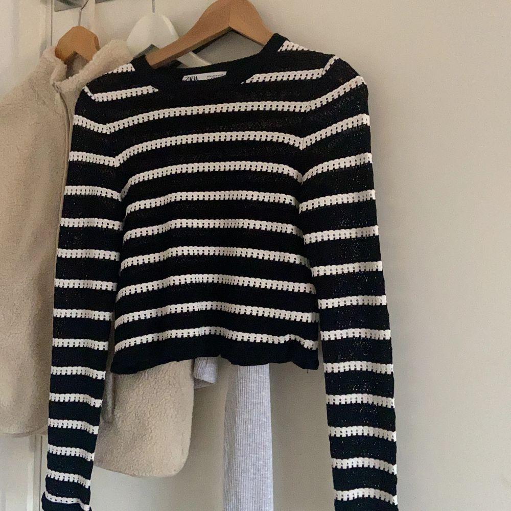 Min fina tröja för zara som tyvärr är för liten över brösten. Se bild 2 för materialet. Endast använd 2-3 gånger 💜 frakt tillkommer BUDA PRIVAT! Ledbud: 300kr. Toppar.