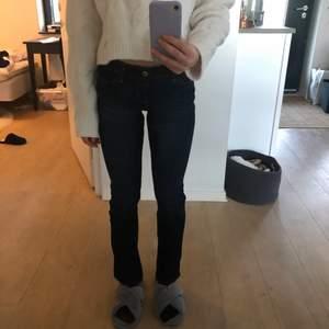 Säljer helt oanvända abercrombie low-waisted jeans, på grund av för stora. Straight modell, något tajta men raka vid ankeln. Skriv privat för fler bilder💜