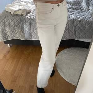 Fina utsvängda vita jeans med ganska lågmidja.