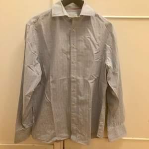 Blå skjorta med vita och röda detaljer🥤 Skjortan är från märket The shirt factory i strl 41  69kr exklusive frakt 🚚   #skjorta