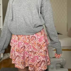 Cool kjol från Gina tricot, resår i midjan, jätte skön att bara dra på sig när man vill ha något bekvämt men snyggt. Kan både klä upp och ner.