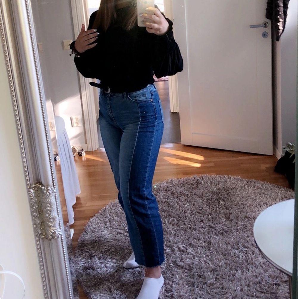 Väldigt sköna o stretchiga jeans. Storleken är 34 men jag har normalt 36/38 . Jeans & Byxor.