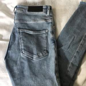 Blåa tighta jeans från BikBok storlek S/36