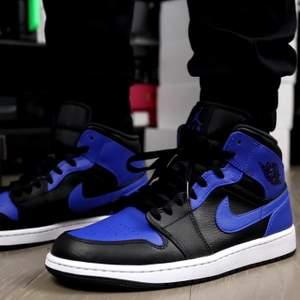 Säljer dessa snygga Jordan 1 hyper royal i storlek 36,5. Dessa skor är självklart äkta och kvitto finns. Dessa snygga skor går för endast 1450kr. Frakt tillkommer eller upphämtning i Lindesberg.