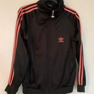 sweatshirt från adidas, svart med rosa streck. storlek xl men passar mer xs-m. nypris 629kr. frakt ingår 🤎