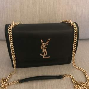 Jättesnygg YSL väska. Aldrig använd! Mellanstor ca 25 cm. Ej äkta!  Priset är inte prutbart!!!!!  skickas spårbart