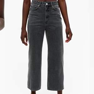 Säljer dessa gråa jeans från Monki i modellen mozik. Lite kortare nertill, slutar vid anklarna, supersnygga till sommaren☺️