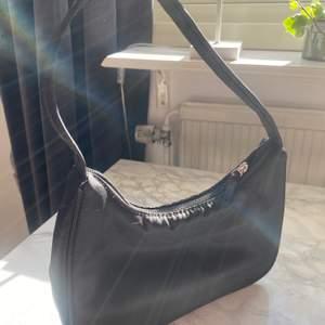 Super fin väska ifrån monki som tyvärr inte kommer till användning längre❤️
