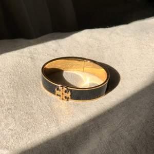"""Armband """"Kira"""" från Tory Burch i superfint skick! Endast använd några gånger. Nypris 1679kr"""
