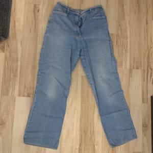 Säljer dessa ljusa wide jeans, storlek 42 men insydda till ca 38/40. Jättefina men har en liten fläck, kanske går att ta bort har inte provat.