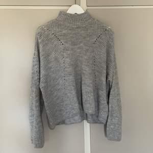 Grå stickad tröja från Gina Tricot i stl XS. Känns lite större än stl XS. Köpare står för frakt!