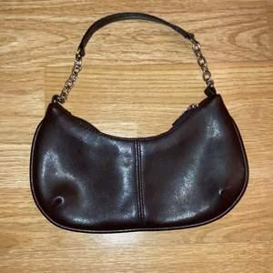 Liten brun mini shoulderbag med silverdetaljer. Mått: ca 23 x 11 cm.                                                 MEDDELA FÖR TRY-ON BILDER! KAN EVENTUELLT MÖTAS I STHLM. FRAKT CIRKA 65kr, RABATT OM DU KÖPER FLERA VAROR. PRIS KAN DISKUTERAS <3