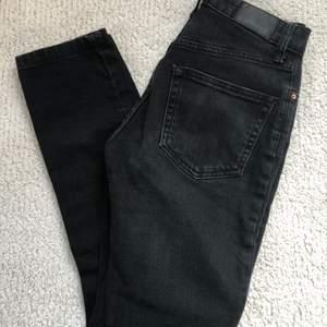 Svarta jeans från Gina Tricot. Väldigt sköna och sitter snyggt! Strlk 34.