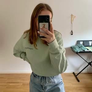 """Säljer min mintgröna tröja från Newyorker. Väldigt bekväm tröja men kommer inte till användning längre. På trycket till vänster står det """"simple things"""""""