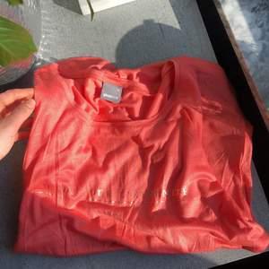 Super fin persikorosa färg med guld text. Använd få gånger. Mjukt kallt material. Passar Xs-S