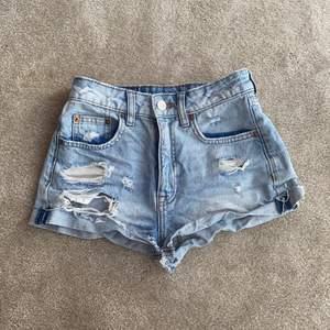 Jeans shorts från Hm med hål bak o fram vet ej ordinarie pris använda många gånger köpare står för frakt små i storleken size 32