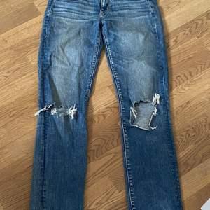 American eagle jeans som har hål i sig. Jag är 179 och det är lite korta på mig. Frakt 40kr.