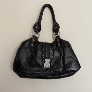Rymlig handväska! Tecken på användning men fortfarande bra skick💖