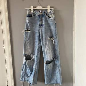 säljer nu dessa skitsnygga byxorna från berhska, modell the 90s nånting. då dom var alldeles för långa för mig så klippte jag av dom så jag skulle nu söga att dom passar för de som är mellan 155-160 lång beroende på hur man vill att de ska sitta