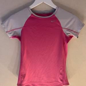 Snygg Nike tröja i grått och rosa 💕 strl 140-152 men sitter som en xxs/xs💕 köparen står för frakt!