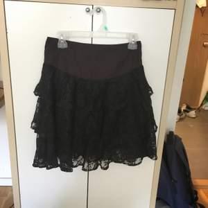 En svart kjol med spets i väldigt bra skick. Kommer från Monki. Storlek S men skulle passa M tror jag. Frakt ingår inte