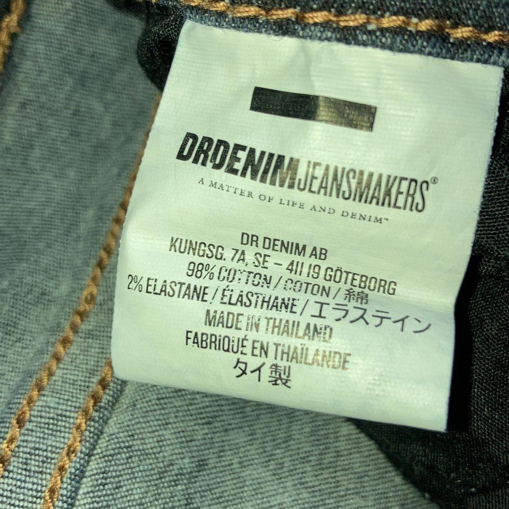 Ett par mörkblåa tajta jeans i strl XS, vet inte orginalpriset men säljer de för 40kr, användt max 10gånger och är i bra skick, lite lågmidjade men inte så, skriv för frågor eller intresse!🤍 Kan diskutera pris!. Jeans & Byxor.