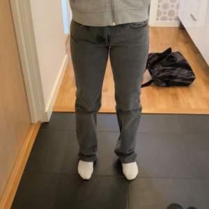 Säljer dessa populära jeans ifrån zara, de är lågmidjade/mid rise lite hur man vill ha dem. Säljer då dem vart för stora, som ny skick. Köpare står för frakt. 🚨 Jag är 165cm🚨 de börjar på 500 då det redan är någon som budat på det