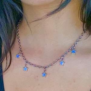 Säljer detta jättegulliga halsband med stjärnor. Köpte på plick men säljer då jag inte använder det längre :( ! Fraktar endast!💘💘