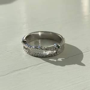 Såså gullig krokodil ring från nurage i äkta silver. Aldrig använd och nypriset var 700kr. Den är 18mm i diametern på insidan.