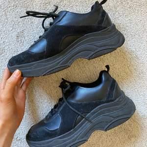 Säljer dessa svarta chunky sneakersen! Använda en gång.