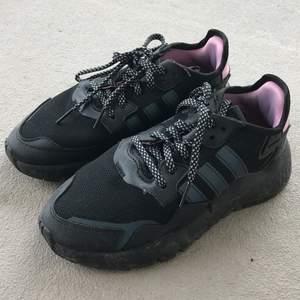 Bild 1; Svarta adidas skor i storlek 38, köpt från Zalando. Använt 2 ggr. Pris 450 kr. Bild 2; träningsskor/joggingskor köpt för runt 1200 kr och är aldrig andvänd, köpt från stadium. Pris 600 kr. Båda för 1000 kr.