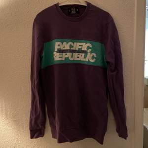 Lila sweatshirt från Pull&Bear. Strl S men oversized. Knappt använd ⭐️ Kan mötas i Stockholm eller skicka (köpare står för frakt) 💕🌸