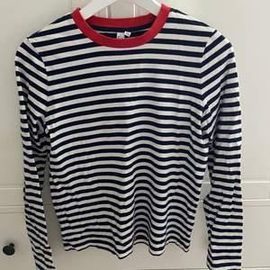Säljer min super snygga randiga tröja ifrån &OtherStories! Tröjan är vit och svart randig med en röd detalj. Säljer då den tyvärr inte passar längre, stolek 38💗 Säljer för 200kr💖